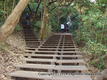 Name:  kaohsiung-monkey-mountain-temple-wood-stairs-route.jpg Views: 158 Size:  60.3 KB